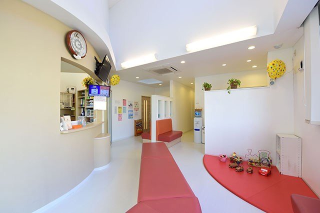 ピンクを基調にした、温かみのあるスペースの待合室